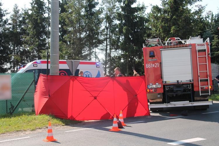 Strażacy i służby medyczne walczyli o życie rowerzysty. Mężczyzna zmarł