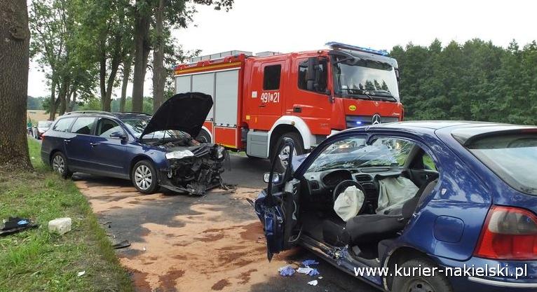 Czołowe zderzenie dwóch samochodów na DW 243
