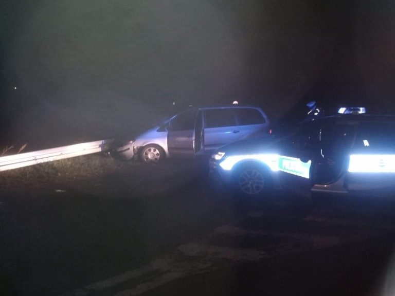 Pijany kierowca uderzył w barierę energochłonna, gdy uciekał przed Policją