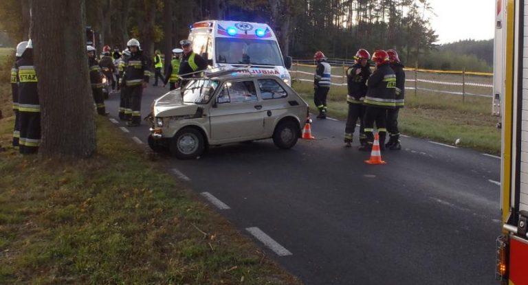 Fiat 126p uderzył w drzewo