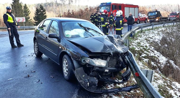 Samochód osobowy uderzył w ciężarówkę