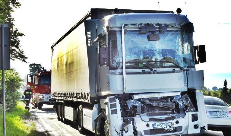 Poranna kolizja dwóch ciężarówek na DK10