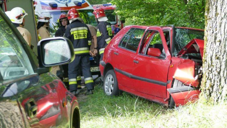 Volkswagen uderzył w drzewo