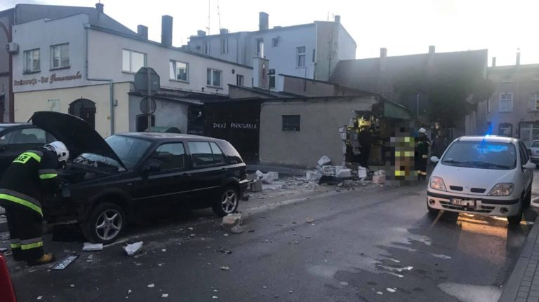 Samochód osobowy uderzył w ścianę budynku gospodarczego