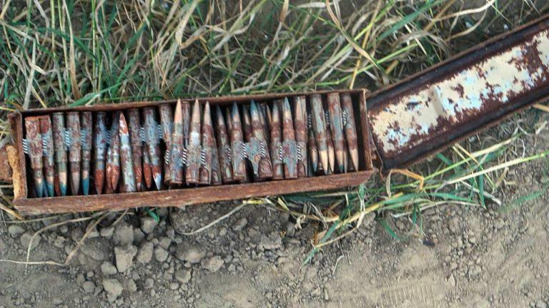 [Aktualizacja] Wiele: Podczas prac polowych rolnik natrafił na 4 skrzynie z amunicją
