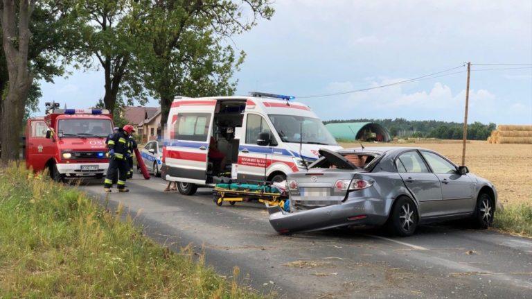 Wypadek w Zabartowie. Mazda uderzyła w drzewo – droga zablokowana