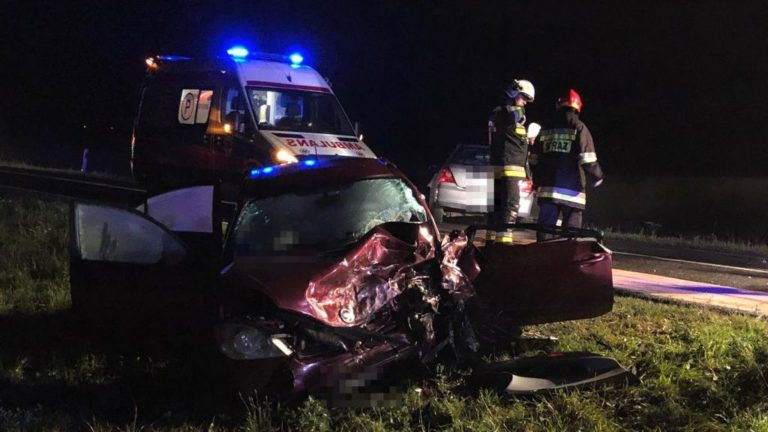 Zderzenie czołowe dwóch samochodów osobowych